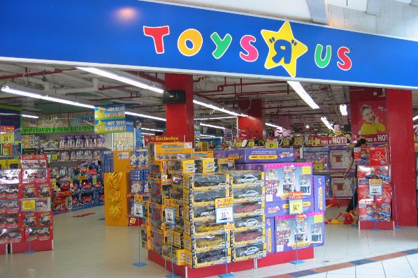 Toys R Us UK goes into administration (GB)