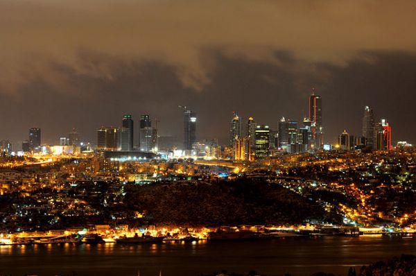 640px-Istanbul_skyline_at_night | ©Hakan Sarıtaş